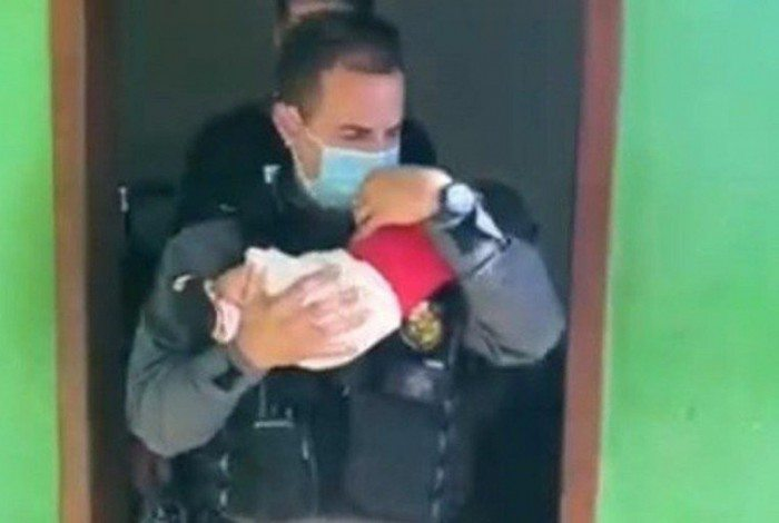 Bebê deixado em boca de fumo foi resgatado pela polícia e será encaminhado a adoção