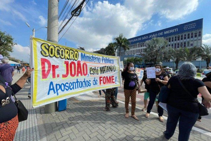 Aposentados e pensionistas do São João de Meriti cobram o pagamento de 8 meses atrasados