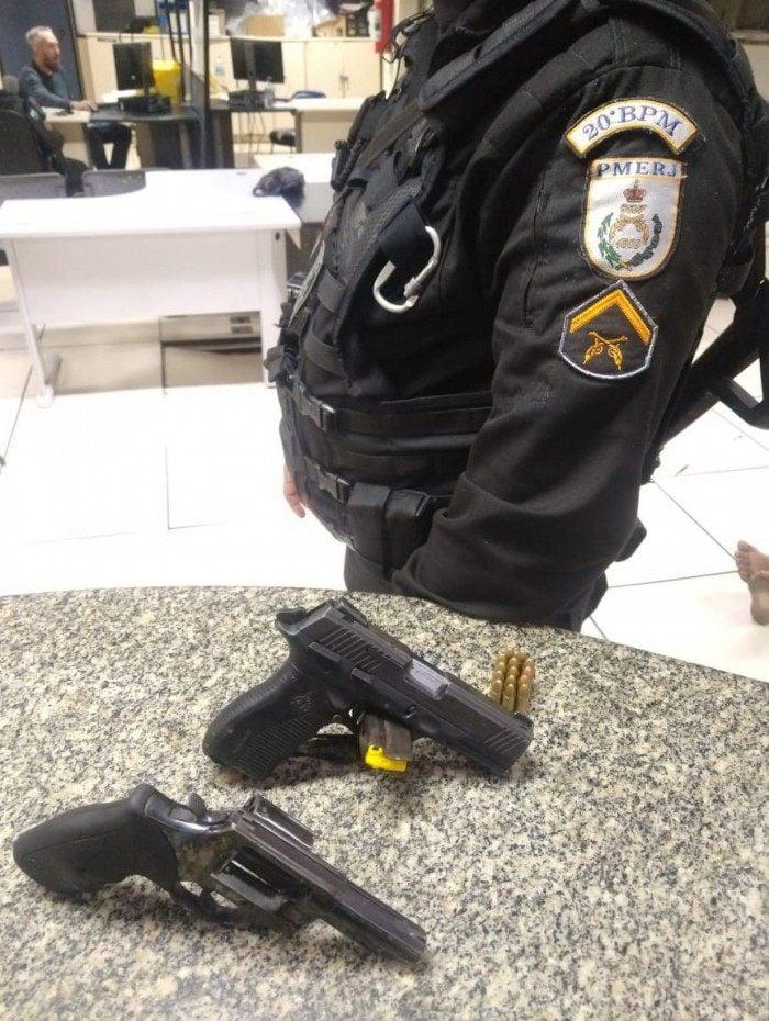 Militares apreenderam uma pistola, um revólver e munições