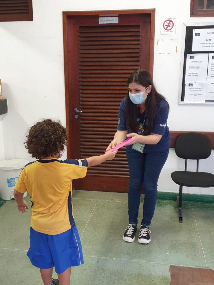 Profissionais de saúde ganham cartinhas de alunos de colégio na Tijuca como forma de agradecimento pelos serviços prestados no combate à covid-19