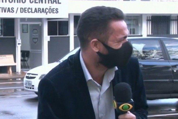 Eduardo Leandro, repórter da Band, viraliza ao ter crise de riso com notícia de galo detido