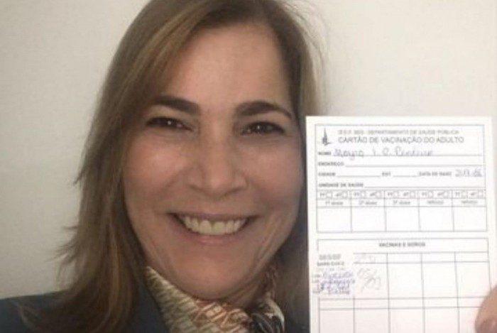 Mayra Pinheiro, defensora ferrenha da cloroquina, se imuniza contra a Covid-19