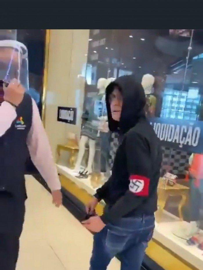 Homem com símbolo nazista no braço é expulso de shopping