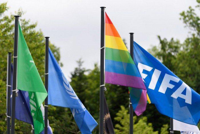 Bandeira LGBT estendida na sede da FIFA.