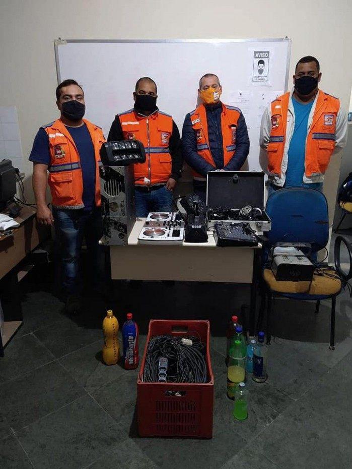 Equipe apreendeu parte do equipamento de som e algumas bebidas alcoólicas