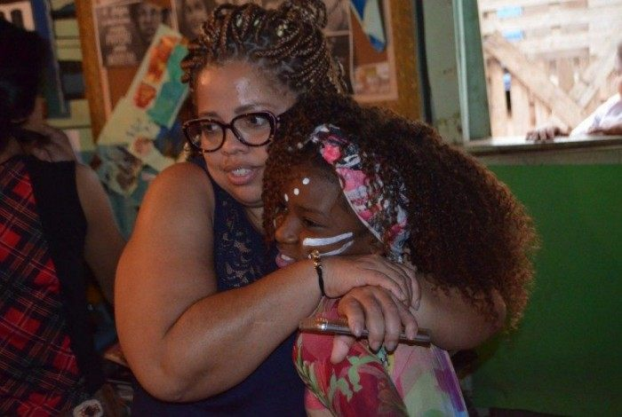 Fabiana da Silva, a Fabbi do Apadrinhe um Sorriso, com uma criança do projeto - Coluna PerifaConnection
