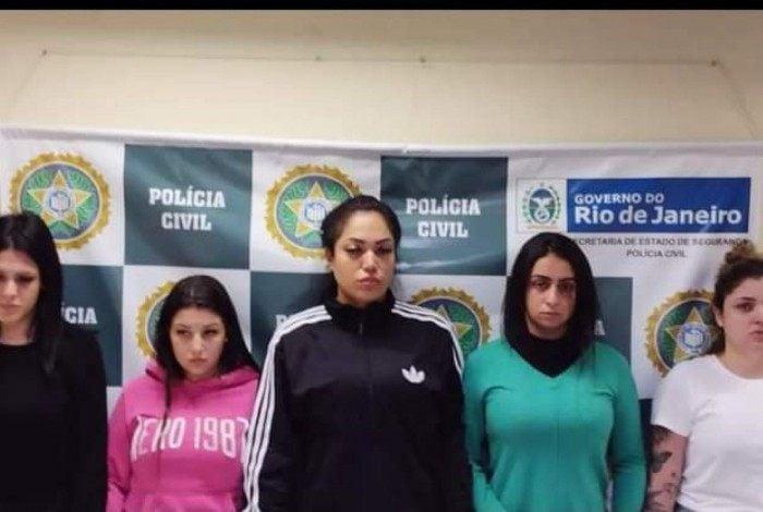 A blogueira Anna Carolina de Sousa Santos e mais quatro amigas foram presas em flagrante por estelionato e organização criminosa