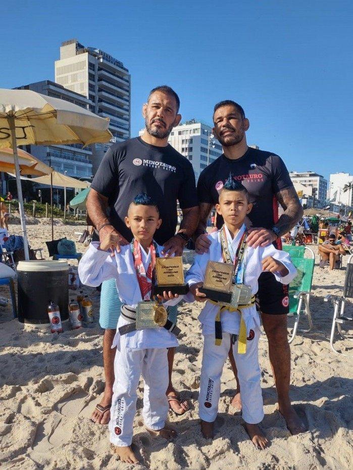 Os irmãos fizeram o lançamento na praia de Ipanema