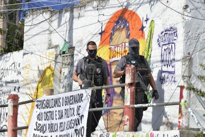 Policiais fazem reprodução simulada da morte de Kathlen Romeu no Complexo do Lins
