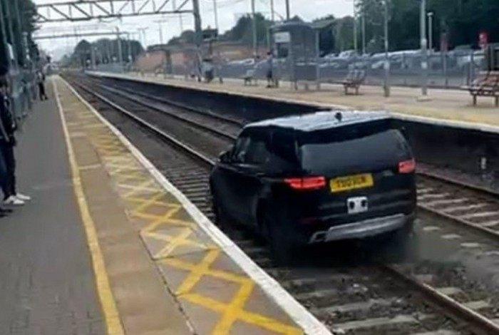 Ladrão rouba carro, atropela policiais e invade ferrovia na Inglaterra