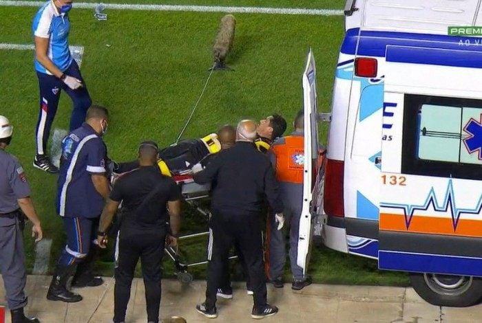 Marcelinho, massagista do São Paulo, sendo atendido na ambulância