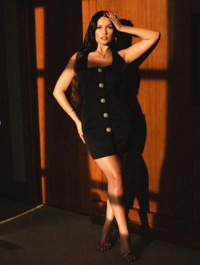 Juliette Freire rouba a cena ao posar com vestido preto