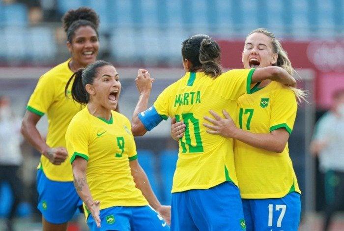 Marta é festejada pelas companheiras na goleada sobre a China
