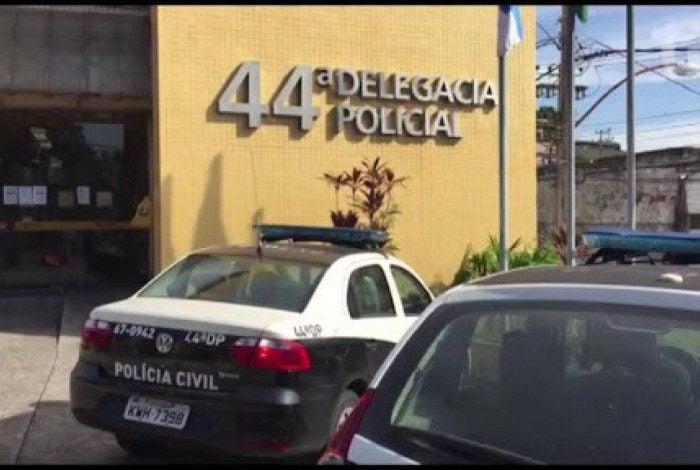 Mulher é presa em shopping da Zona Norte e levada para a 44ª DP (Inhaúma)