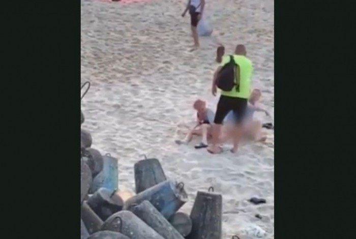 Banhista bate em homem que fazia sexo em uma praia da cidade de Mielno, na Polônia