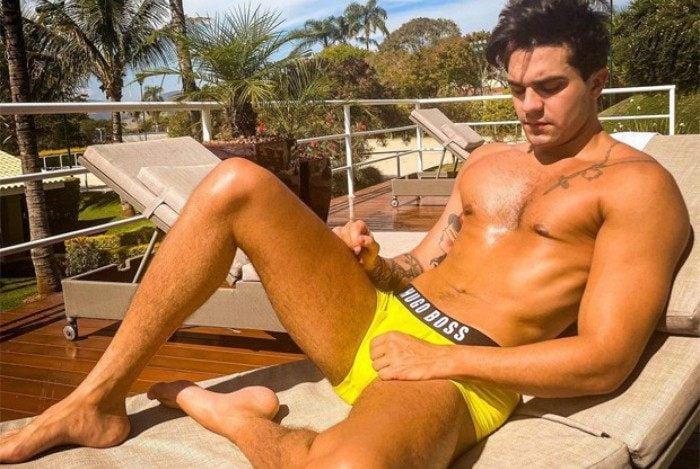Luan Santana sensualiza de cueca amarela