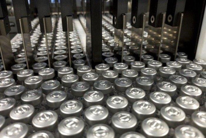 A Fiocruz produz vacina em parceria com a farmacêutica AstraZeneca