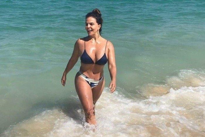 Sula Miranda curte dia de praia no Rio