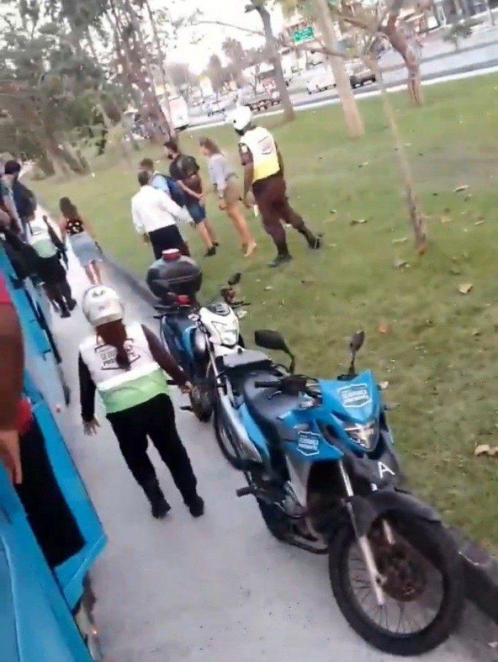 Coletivo ficou parado enquanto policiais civis e agentes do Programa Segurança Presente Barra da Tijuca faziam a prisão