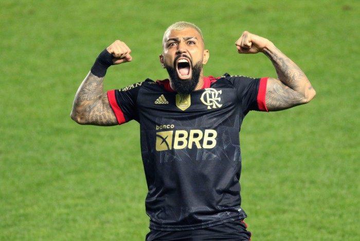 Gabriel Barbosa do Flamengo, comemora o seu gol durante a partida entre Santos e Flamengo, pela 18ª rodada do Campeonato Brasileiro Série A 2021 na Vila Belmiro, neste sábado 28.