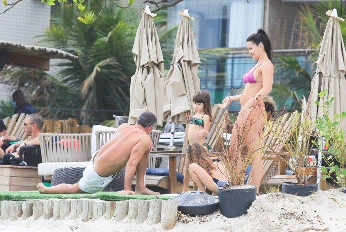Malvino Salvador e Kyra Gracie curtem dia de praia com as filhas, Ayra e Kyara