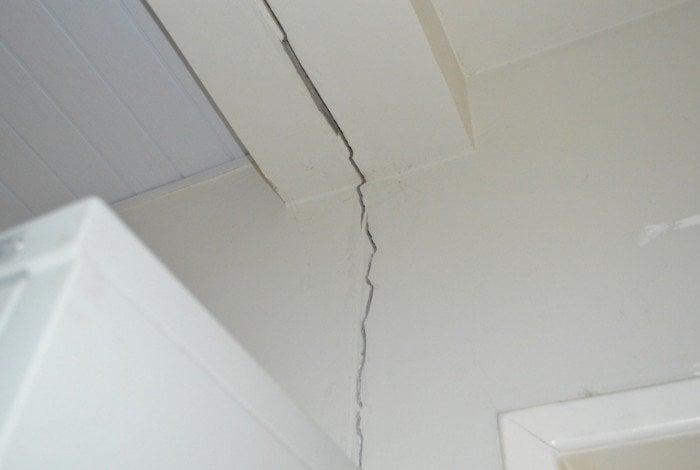 Foram encontrados problemas como: infiltrações, rachaduras, piso soltos e quebrados e trincas na parte externa.