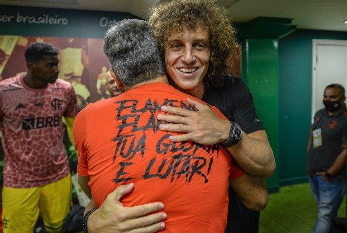 Sorridente, David Luiz abraça Renato Gaúcho no vestiário do Mengão
