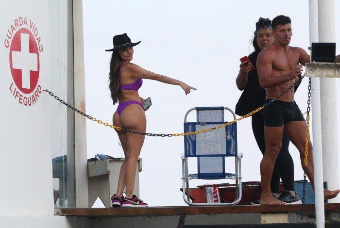 Fora de 'A Fazenda 13', Liziane Gutierrez passeio por praia do Rio