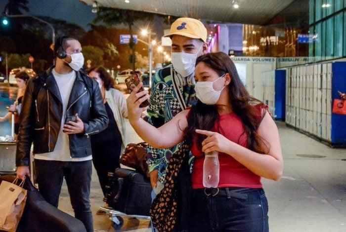 Dilsinho embarca no Aeroporto Santos Dumont, no Rio, e posa para fotos com fãs na noite desta quinta-feira