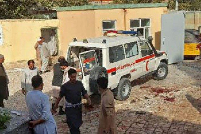 Ambulância chega para socorrer feridos da explosão de uma bomba em uma mesquita em Kunduz, nordeste do Afeganistão