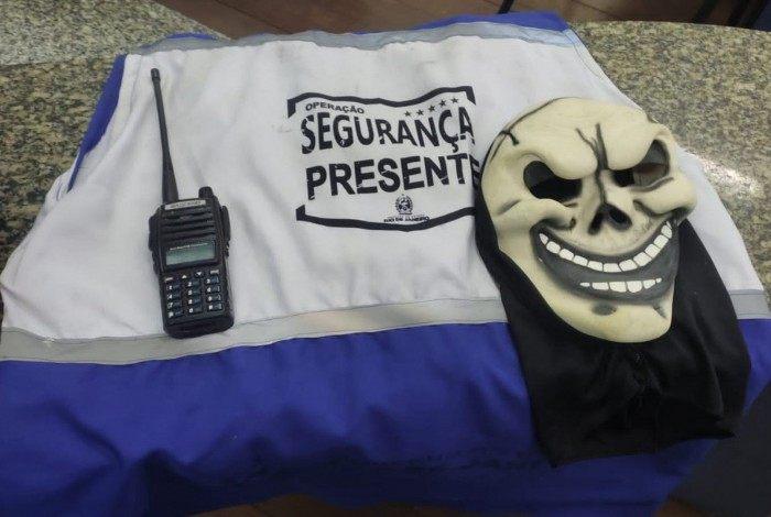 Rádio transmissor e máscara de carnaval foram apreendidas com ele