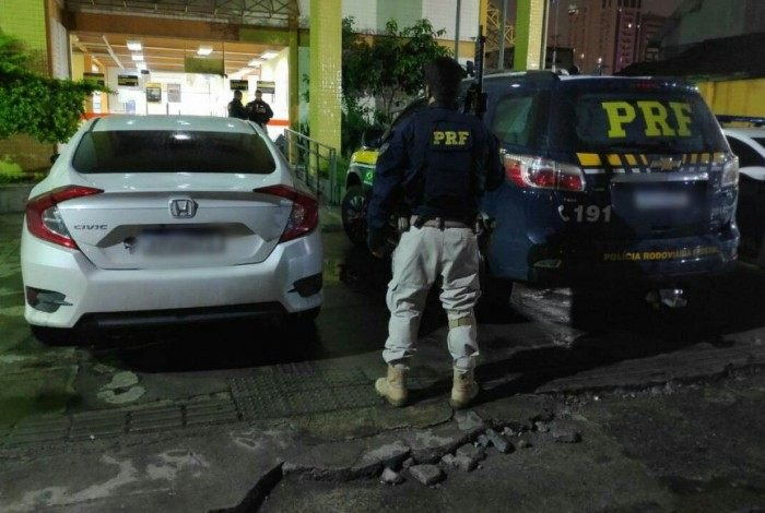 Agentes da PRF recuperam veículos roubados que circulavam com placas clonadas
