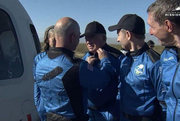 Jeff Bezos entrega 'pin' ao ator William Shatner após pouso do foguete da Blue Origin