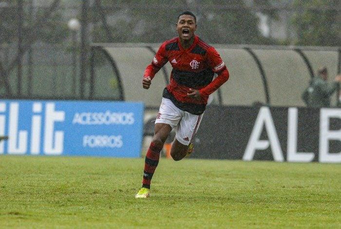 Matheus França comemorando um dos gols com a camisa do Flamengo