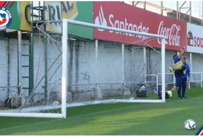 Isla se aventurou no gol em treino do Chile
