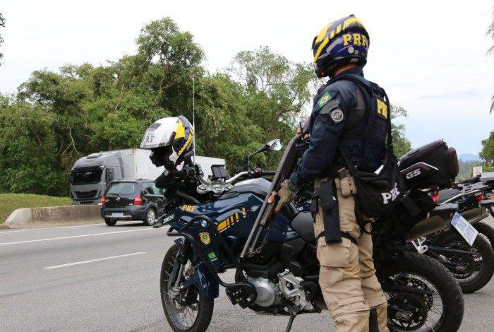 Durante a operação Égide, voltada para o combate ao crime, PRFs realizam policiamento ostensivo na rodovia BR 101.