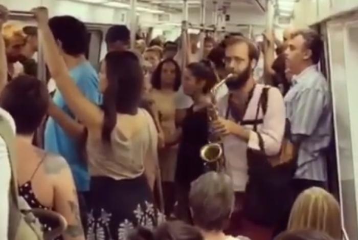O saxofonista toca o samba da Mangueira