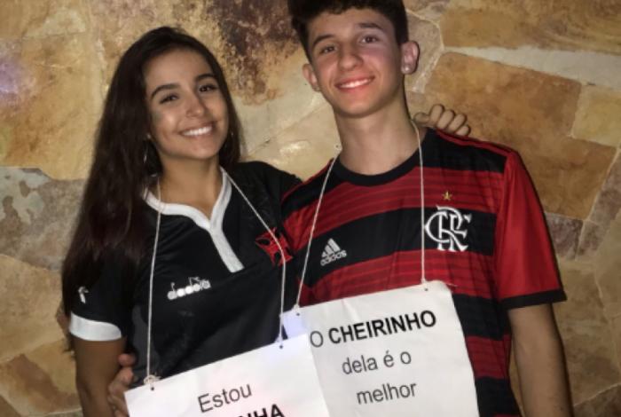 Casal faz fantasia criativa pra zoar o Flamengo e o Vasco