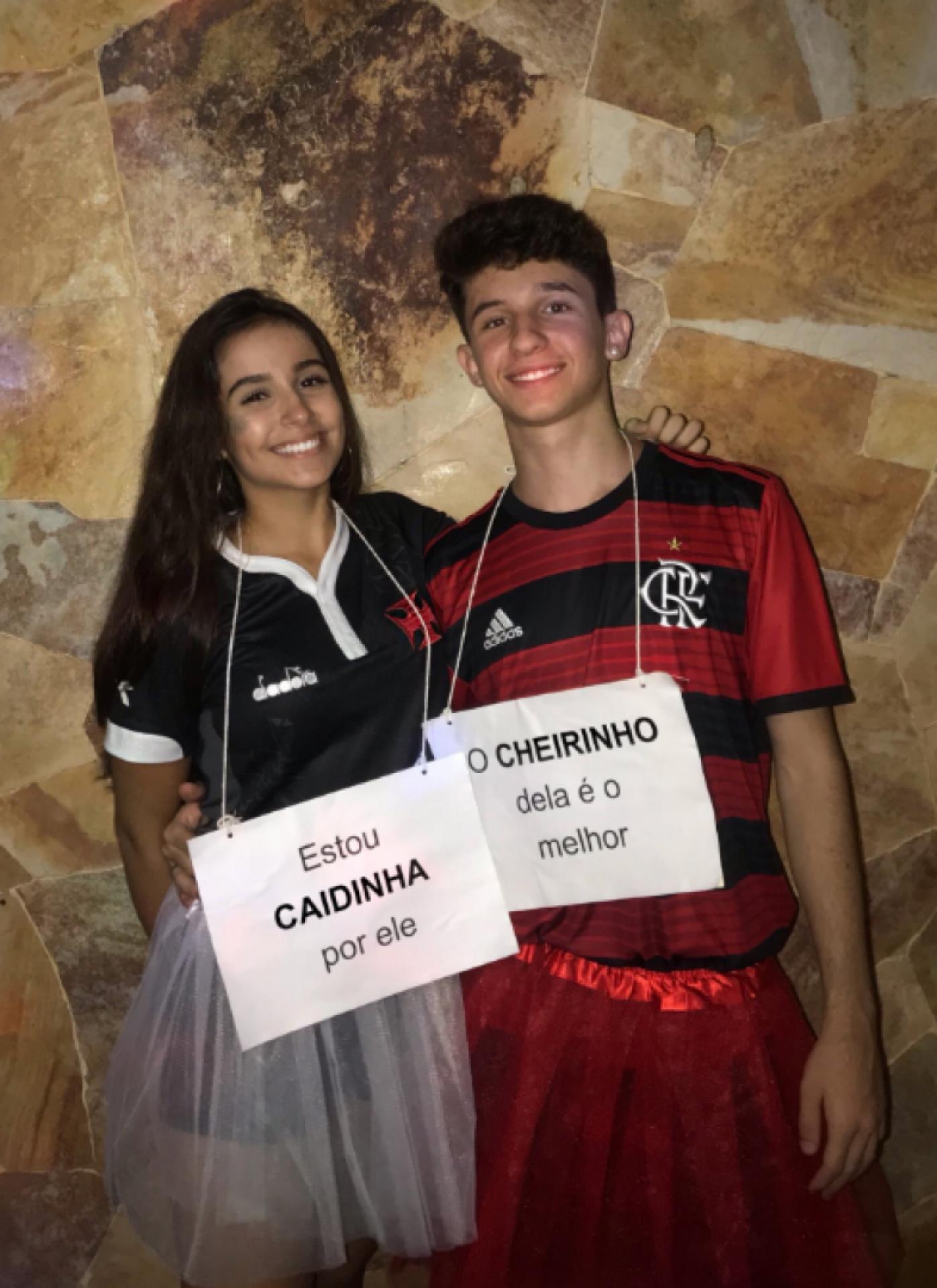 Casal Faz Fantasia De Carnaval Criativa Para Zoar Flamengo E Vasco