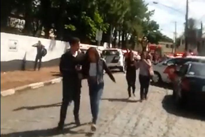 Alunos da Escola Estadual Raul Brasil em Suzano fugindo