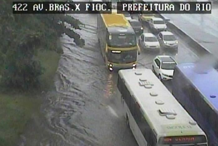Avenida Brasil teve alagamento na altura de Manguinhos por conta da chuva forte