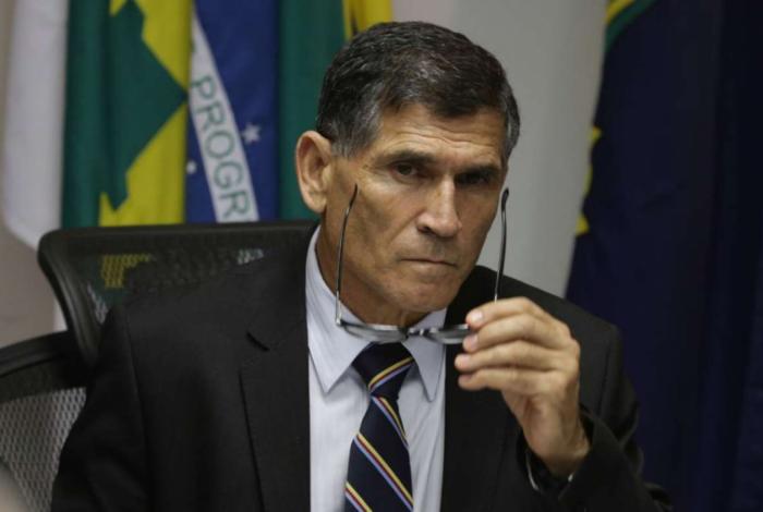 Ministro da Secretaria de Governo, general Carlos Alberto Santos Cruz, disse que últimas colocações de Olavo de Carvalho tiveram linguajar chulo e palavrões.