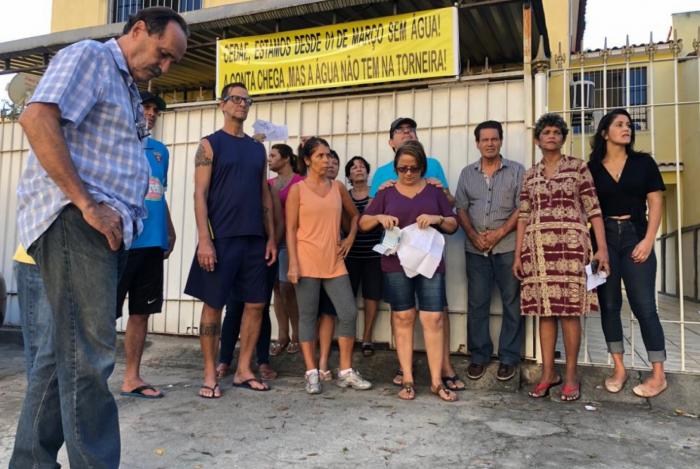 Moradores fizeram faixa como protesto pela falta de abastecimento de água