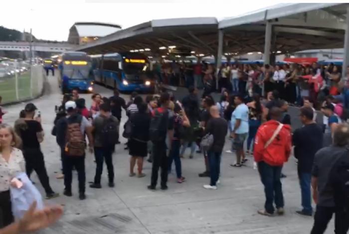Passageiros protestaram contra demora e superlotação no BRT