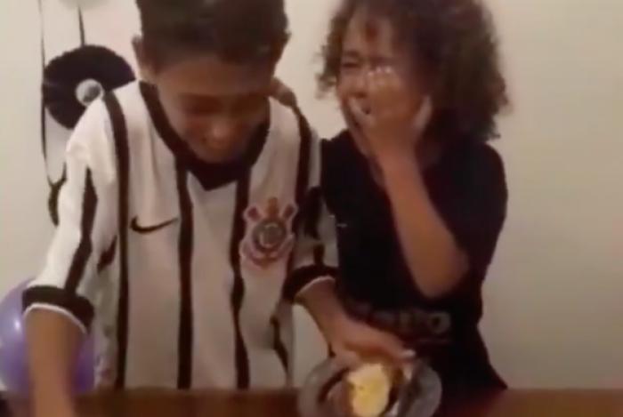 Criança chora ao receber primeiro pedaço de bolo
