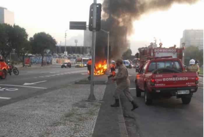 Carro particular pegou fogo na Av Presidente Vargas nesta segunda-feira e causou interdição de via