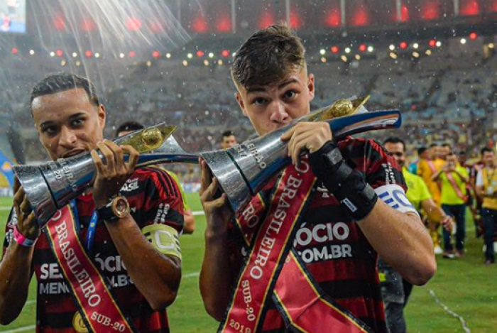 Gabriel Noga (à direita) renovou com o Flamengo