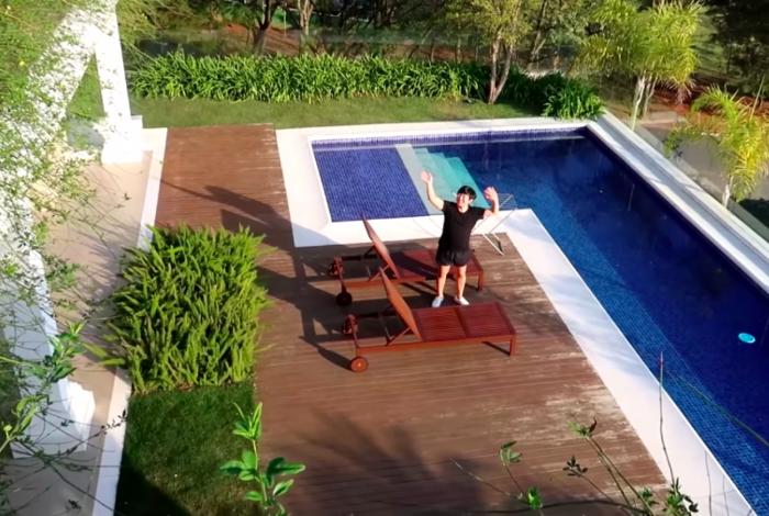 Pyong mostra sua nova mansão