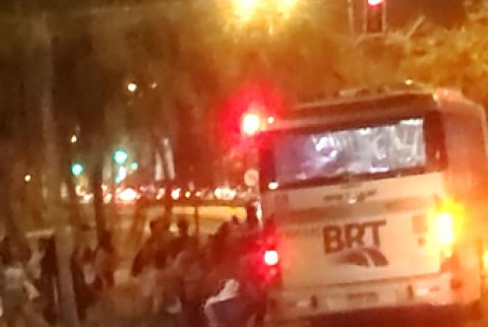 Banhistas invadem ônibus do BRT