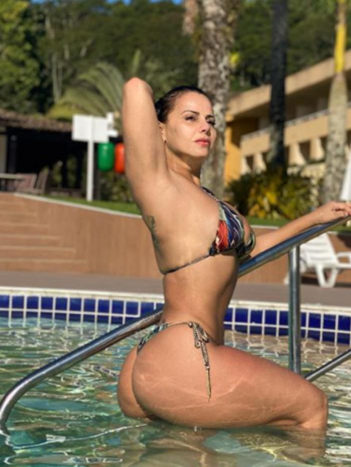 Viviane Araújo posa de biquíni